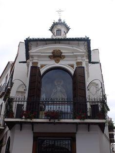 Vélez-Málaga. Camarín de Piedad. Se encuentra situado de tal forma que domine y atraiga la mirada de los que suban por la calle que le enfila. El balcón es de tipo procesionista