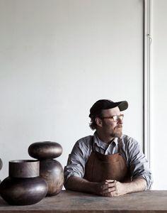 Dit is een pottenbakker. Pottenbakker is al een oude ambacht. Ze konden steeds betere potten maken en verkopen.