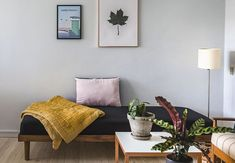 Med dette nemme budgettrick bliver din boksmadras forvandlet til stilfuld daybed With this easy budg Diy Daybed, Diy Sofa, Recycled Furniture, Diy Furniture, White Daybed, Sofa Inspiration, Mid Century Chair, House Inside, Interior Design