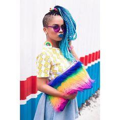 Amo essa foto e não sei pq não postei antes! Kkkk  Essa cabelêra azul foi feita com 7 packs de jumbo, disponíveis no MAGÁSHOP ✨ • www.magamoura.com/shop •