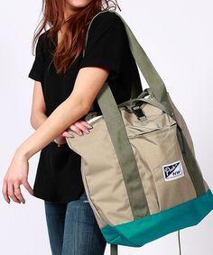 容量たっぷりのラージサイズだから、ちょっとした旅行やビーチやキャンプなどへのお出かけに。荷物が多くなりがちな、小さなお子さんをお持ちのママには「マザーズバッグ」としておすすめ。