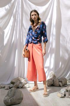 Blusa azul con estampado de caracoles y culotte cruzado Nice Things, sandalias beige tejidas Steve Madden, bolsa naranja Coccinelle, collar y aretes de cascada de carey MAP.