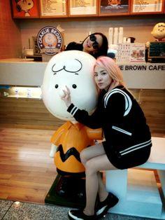 2NE1's Park Bom, Dara & CL take photos with Charlie Brown and Snoopy | allkpop.com
