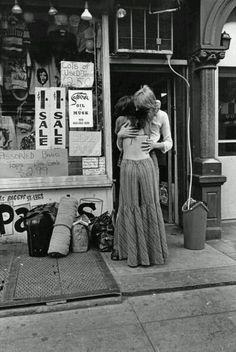 New York City, 1972. hippie pár objetí mimo obchodech s Second hand oblečení v svatého Marka Place.