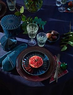 Dekoration Weihnachten – It's time to treat yourself—and your friends—to a holiday colored dinner t… It's time to treat yourself—and your friends—to a holiday colored dinner table and neatly arranged IKEA VINTER 2018 wine glasses. Ikea Christmas, Gold Christmas Decorations, Christmas Trends, Christmas Table Settings, Holiday Tables, Tree Decorations, Holiday Decor, Winter Holiday, Ikea 2018