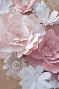 """Oggi sono un must. Che cosa? I Paper Flowers, ovvio! In questo periodo sono a caccia di nuove tendenze e una vera chicche su tutte, estremamente in voga oltre Oceano, è l'allestimento con i """"fiori di carta"""". Così non ho resistito e ho assemblato in un batter d'occhio questo coloratissimo e, spero, esaustivo tutorial! Pronti? Buon divertimento!"""