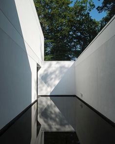 HS Residence (2013) by CUBYC architects located in Flanders Belgium. The perception of the 6673 ft (620 m) house is a succession of different perspectives and experiences. These different perspectives lead the visitors to explore the property. Photo Koen Van Damme  #Belgium #Belgian #Clean #CleanLines #Courtyard #shadows #lighting #light