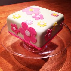 Square sewn flower cake pink and green Homemade Cakes, Pink And Green, Desserts, Flowers, Food, Tailgate Desserts, Deserts, Florals, Eten