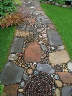 1. Csináld magad kerti járdaA nagyobb térkövek közé apróbb kavicsokkal gyönyörű minta készíthető