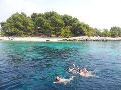 Isla solitaria frente a la isla de Kornati (Croacia). Viaje en velero de una semana saliendo desde Dubrovnik y durmiendo cada noche en una isla distinta.