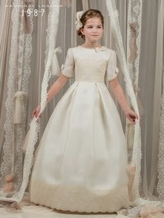 Modelo G317<br /> Hannibal Laguna, First Communion Dresses, Heirloom Sewing, Kids Wear, Smocking, Kids Outfits, Sewing Patterns, Alice, Flower Girl Dresses