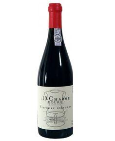 Inspirado pelos Grand Cru tintos da Borgonha, Niepoort Charme 2010 é um vinho raro do Douro, proveniente das vinhas velhas mais frescas e abrigadas do Vale de Mendiz, em pleno vale do rio Pinhão no coração do Douro. Todos os pequenos detalhes que fazem este grande vinho tornam o Charme num conjunto difícil de alcançar. Apenas as melhores barricas são consideradas a quando da elaboração do lote final.