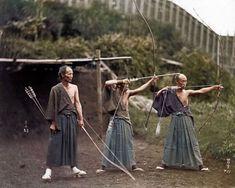 Arqueros Japoneses practicando, 1860. Las fotos en blanco y negro a veces nos hacen pensar que el pasado no tenía color, pero el ingenio de algunas personas con sus ordenadores, les han dado color para poder ver la historia de otra forma, y esta foto es una de ellas.