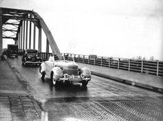 Bernhard maakt rijtoer Soestdijk-Diemen en vice versa. Hier op de brug naar Weesp. 01-01-1936