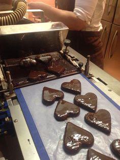 Thormar og Tine i gang med håndlavet chokolade. Marcipan - chokoladehjerter.