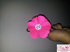 Tiara com Flor de Feltro e miolo de botão artesanal.