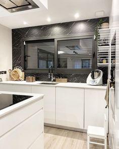 """Cyndia 🇫🇷🇵🇹 on Instagram: """"C u i s i n e 🥘 La règle dans la cuisine c'est de la laisser propre tous les soirs pour ne pas se laisser déborder le lendemain! Et c'est…"""" Kitchen Renovations, Kitchen Furniture, New Kitchen, Kitchen Cabinets, Instagram, Home Decor, Home, Kitchens, Decoration Home"""