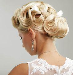 Diese Brautfrisur ist klassisch und sehr elegant... Entdeckt tolle Brautfrisuren in unserer riesigen Bildergalerie und lasst euch inspirieren!