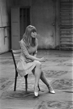 Marianne Faithfull smoking in an empty room Marianne Faithfull, Jim Morrison, Alexa Chung, Retro Fashion, Vintage Fashion, Foto Portrait, Swinging London, The Rolling Stones, Charlotte Rampling