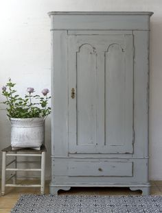 Century Distressed Gray Painted Cabinet - what a treasure! - via Butik Lanthandeln - Grått gammalt skåp med mycket patina Grey Painted Furniture, Grey Bedroom Furniture, Repurposed Furniture, Furniture Makeover, Antique Furniture, French Furniture, French Grey, Furniture Inspiration, Furniture Ideas
