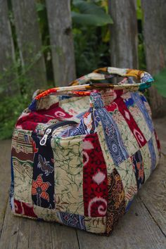 i like the patchwork and shape of this one - and the red obv lol Patchwork Bags, Quilted Bag, My Bags, Purses And Bags, Duffle, Handmade Purses, Fabric Bags, Tote Purse, Bag Making