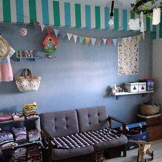 女性で、3LDKのmt CASA/カモ井加工紙さん/マスキングテープ/子供部屋/壁をペイント…などについてのインテリア実例を紹介。「コンテスト用に。マスキングテープを2色使いました!壁の色はブルーグレーのペンキです。」(この写真は 2015-07-20 14:06:16 に共有されました) Kids Rugs, Throw Pillows, Home Decor, Toss Pillows, Decoration Home, Kid Friendly Rugs, Cushions, Room Decor, Decorative Pillows