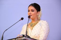 Aishwarya Rai during the inauguration of a jewellery store in Cochin, Kerala, 19 August.
