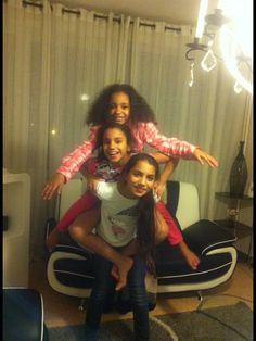 Ma cousine tous en haut  Moi je suis au milieu  Et ma soeur qui nous porte:)
