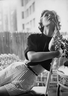 Model wearing pleated shorts in new wrinkle-resistant cotton, photo by Gordon Parks, 1953 Moda Vintage, Vintage Style, Park Photography, Glamour Photography, Retro Photography, Moda Pin Up, Gordon Parks, 50 Style, Classic Style