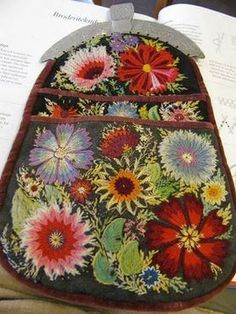 This ticks all the boxes I love with regards to color, design and embroidery. Scandinavian Embroidery, Swedish Embroidery, Embroidery Applique, Cross Stitch Embroidery, Textiles, Needle And Thread, Fabric Art, Handicraft, Needlepoint