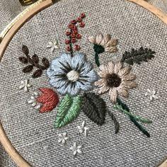 #embroidery #刺繍 #ハンドメイド #手仕事 #刺繍で綴る日々の装い #蓬莱和歌子 前回のパンダには、たくさんのいいねをありがとうございました。嬉しいです(^^)