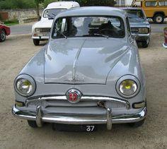1954 Simca Aronde Printemps 1951, présentation de la L'Aronde officiellement Type SIMCA 9. Aronde, la nouvelle voiture qu'avait voulue Henri Théodore Pigozzi est prête. Entièrement française, elle sortait à une cadence de 300 unités par jour, la Simca 9 une 4 cylindres de 1221 cm3 à carrosserie robuste  quatre portes, d'une ligne moderne et plaisante. « Aronde », Avec une puissance de 45 ch., était capable d'atteindre 130 km/h et d'assurer une conduite nerveuse et sûre.