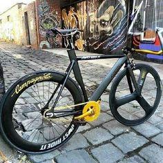 Woooww what a fixie Fixed Gear Bicycle, Bike Run, Garage Bike, Bike Brands, Buy Bike, Commuter Bike, Bicycle Maintenance, Bike Seat, Bike Style