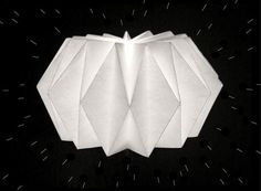 di doo da: DIY / Origami Lamp - not sure I am brave enough to try this, but you never know! Diy Origami, Origami Garland, Origami Lights, Origami Lampshade, Paper Lampshade, Origami Folding, Paper Folding, Origami Paper, Diy Paper