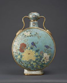 """Importante gourde """"bianhu"""" en bronze doré et émaux cloisonnés. Au revers de la base, la marque Da Qing Qianlong nian zhi. Chine, époque Qianlong (1736-1795)."""