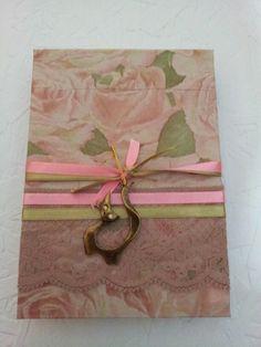 Bloco de anotações feito com papel usado e sobras de papel decorado para a capa.