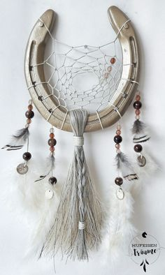 Horseshoe dream catcher with tail hair in gold cream. For good luck and good dreams … – Top Of The World Horseshoe Projects, Horseshoe Crafts, Horseshoe Art, Diy And Crafts, Arts And Crafts, Dream Catcher Craft, Western Crafts, Horse Crafts, Gold Creme
