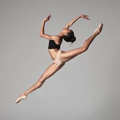 Beautiful dancer Courtney aka Coco Lavine artist with American Ballet Theatre Photo Ballet Photography, Photography Poses, Kenzie Ziegler, American Ballet Theatre, Dance Movement, Dance Poses, Dance Picture Poses, Ballet Beautiful, Pranayama
