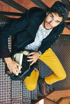 This pairing of a navy overcoat and mustard chinos strikes an interesting balance between elegant and casual. Brown leather casual boots integrate wonderfully within a multitude of combinations. Mens Yellow Pants, Yellow Pants Outfit, Komplette Outfits, Casual Outfits, Fashion Moda, Mens Fashion, Fashion Hats, Navy Overcoat, Cool Outfits For Men