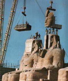 Het standbeeld van Ramses de Grote wordt ontmanteld en verplaatst tijdens de constructie van Aswan Dam. (1967)