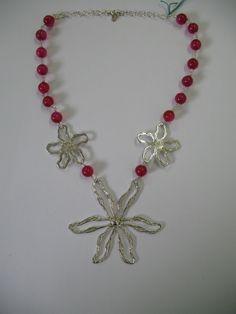 Collana a rosario con grande fiore centrale e agata fuxia in argento 925 Rosary necklace with large central flower 925 silver end fuxia agate