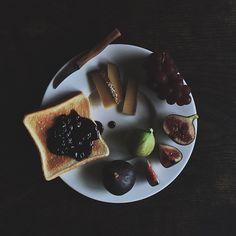 昼食、トーストにブルーベリージャム、チーズ、葡萄、無花果、白と黒、朝からずっと雨の音と... | Use Instagram online! Websta is the Best Instagram Web Viewer!