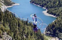 Bungee Jumping von Österreichs höchster Staumauer. Auf 1.933 m Höhe befindet sich Österreichs höchste Staumauer – die Kölnbrein-Staumauer. Schon die Anreise ist ein kleines Abenteuer: Eine Erlebnisfahrt auf der 14,4 km langen Malta Hochalmstraße, geprägt von Felsentunnel und Spitzkehren und umrahmt von zahlreichen Wasserfällen und atemberaubender Natur.Wagemutige Bungee Jumper dürfen einmal im Jahr bei den mittlerweile legendären Bungee Jumping Wochenenden den Sprung von Österreichs höchster…