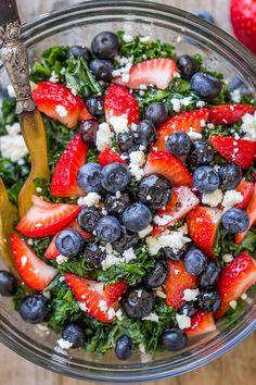 Summer Kale Salad with Blueberries, Strawberries and Feta Summer Berry Kale Salad - Healthy, tasty and super nutritive, if you're looking for the perfect summer salad, this is it! Healthy Summer Recipes, Vegetarian Recipes, Cooking Recipes, Lunch Recipes, Keto Recipes, Salad Recipes For Dinner, Easy Recipes, Summer Dishes, Summer Salads