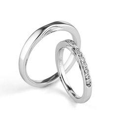 結婚指輪「Diana D.(ディアナ ディー)」の紹介です。素材はPT(プラチナ)で、価格はLadies'が120,000円~、Men'sが150,000円~です。永遠なる神秘の象徴「月」の女神「ディアナ」が、二人の生涯を守り続けます。 銀座ダイヤモンドシライシ