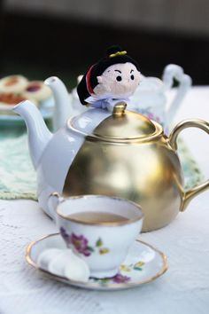Step-by-step instructions to make your own golden Alice in Wonderland-inspired tea set.