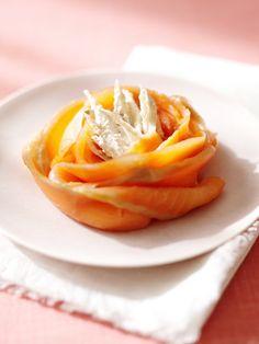 ごぼうはそぎ切りにして水と塩に数分漬ければ、アクも抜けてビタミンやミネラルがそのままいただける。生カシューナッツでクリーミィに仕上げ、スモークサーモンと一緒に。バラの花びらに見立てて華やかに並べてもよいし、ロール状にすればお重にも詰めやすい。|『ELLE a table』はおしゃれで簡単なレシピが満載!
