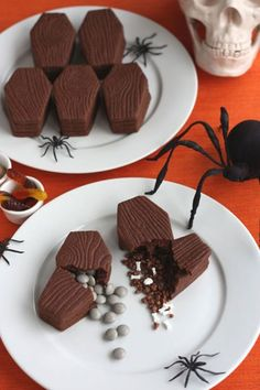 Spooky Snacks That Will Up Your Party's Creep Factor Best Halloween Party Snacks - Creepy Halloween Party Food Ideas Halloween Party Snacks, Halloween Desserts, Cute Halloween Food, Halloween Mignon, Postres Halloween, Recetas Halloween, Halloween Cookie Recipes, Hallowen Food, Snacks Für Party