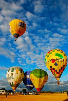 ¿Qué pasa si se pincha un globo aerostático?  http://www.facebook.com/siempreenlasnubes.volarenglobo  Información y reservas: http://www.siempreenlasnubes.com