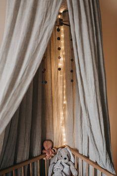 Babykamer inspiratie: Meisjeskamer met aardetinten | nude | hout - LOUISE BOONSTOPPEL FOTOGRAFIE | TROUWFOTOGRAAF, NEWBORN & LIFESTYLE FOTOGRAAF NEDERLAND Montessori Bedroom, Neon Room, Nursery Inspiration, Kidsroom, One Bedroom, Baby Room, Cute Babies, Decoration, Lifestyle